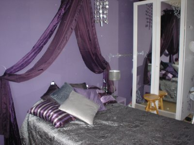 une chambre dans les tons violet et gris d co. Black Bedroom Furniture Sets. Home Design Ideas